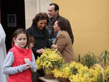On prépare les fleurs pour les dames avant la cérémonie