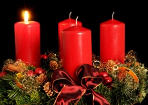 Couronne de l'Avent. Les quatre bougies marquent les quatre semaines de l'Avent et sont allumées chacun des quatre dimanches.