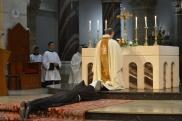 La prostration, signe du don total du profès au Seigneur. Un moment fort pendant lequel est chantée la litanie des saints.