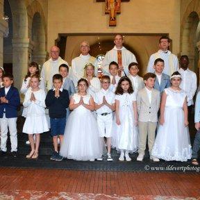 Les enfants du catéchisme et les célébrants (crédit : I. Ildevert)..