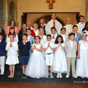 Les enfants, les catéchistes et les célébrants (crédit : I. Ildevert)